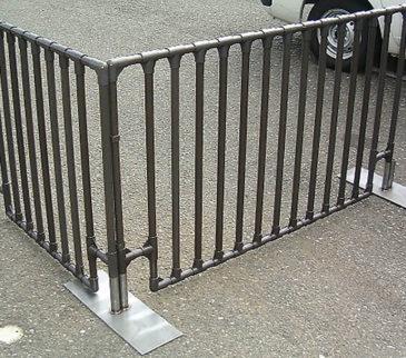 床面ギリギリの柵作でボール等が抜けません