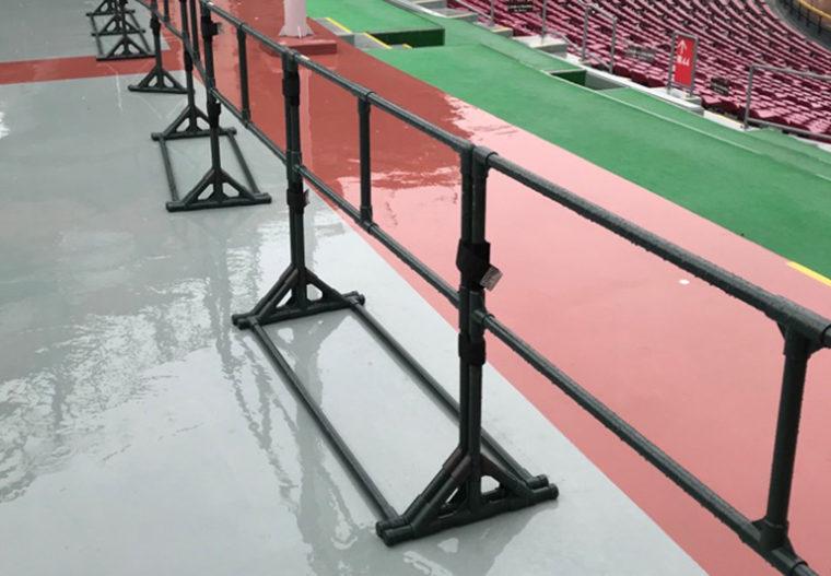 スタジアムの外野席とコンコースを安全に仕切りたい