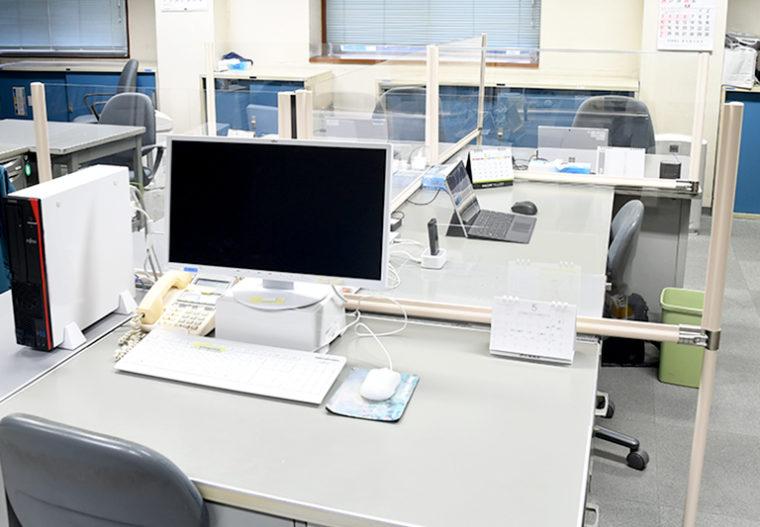 オフィスデスクに飛沫感染防止パネルを設置して感染対策