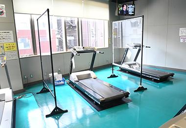 トレーニングマシンでの運動時も安心できる背の高いパーテーションで飛沫感染対策。