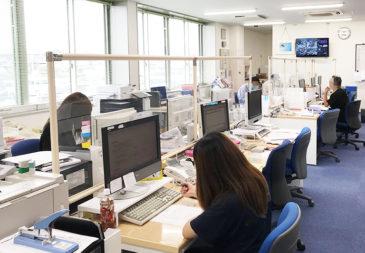 オフィスに高さ90センチの飛沫感染防止パーテーションを設置