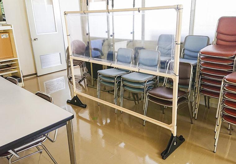 社員食堂内にパーテーションを設置して飛沫感染対策