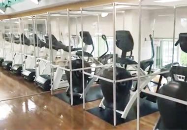 ランニングマシンでの運動時に安心できる飛沫感染防止対策パーテーション。